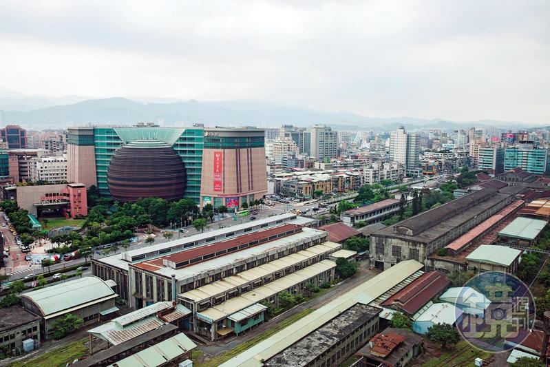 京華城開幕18年卻慘淡經營,市場盛傳原因之一是緊鄰的台北機廠長年閒置未活化,阻斷商場與信義區人潮的連結。