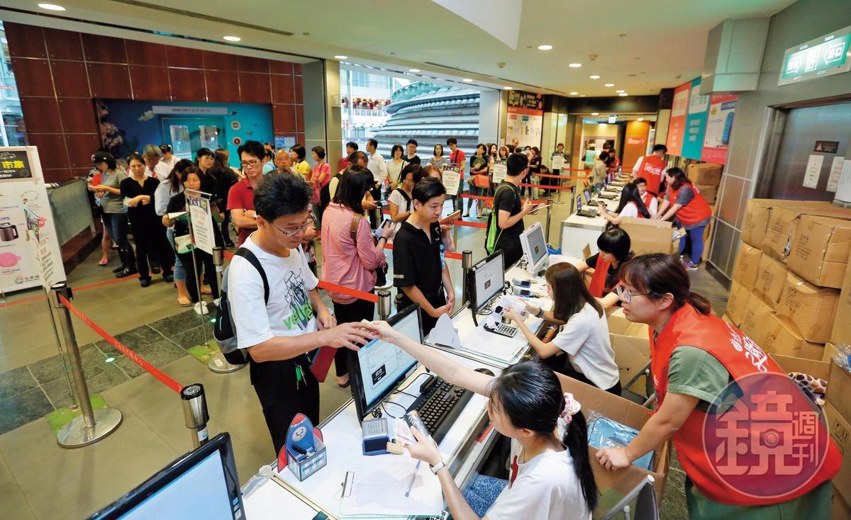 京華城號稱全台最大購物中心,有別於其他百貨公司,過去週年慶時,獨採現金回饋,吸引滿滿人潮。
