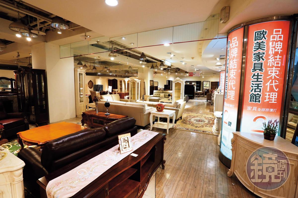 京華城舉辦週年慶活動,仍不見買氣,館內家具生活館已公告品牌結束代理。