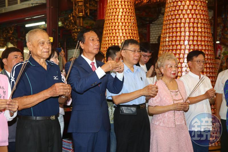 鴻海前董事長郭台銘(左2)今清晨與台灣民眾黨主席柯文哲(左3)一同前往新竹城隍廟參拜,柯媽媽與柯爸爸也一起上香。