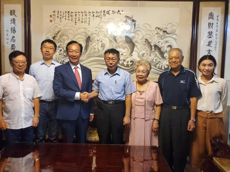鴻海集團創辦人郭台銘到柯文哲老家拜訪。