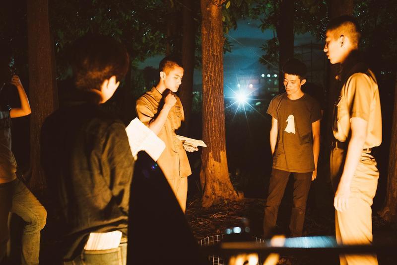 45天的拍攝過程中夜戲很多,導演徐漢強(右2)拍燒書戲時,與演員曾敬驊(右1)與李冠毅(右3)討論。(影一製作所提供)