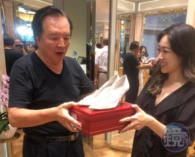 RENE CAOVILLA台灣代理商陳亭儒贈送林志玲婚鞋給林繁男。