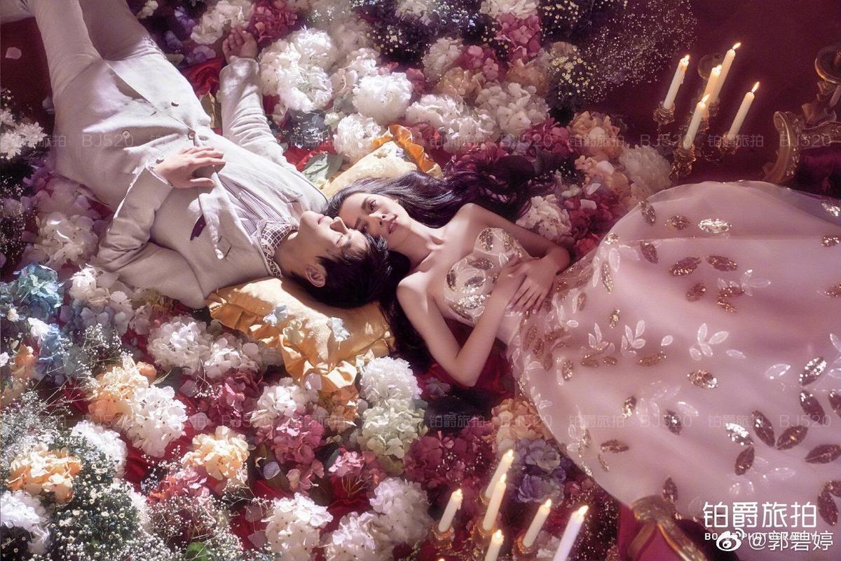 只見穿著平口婚紗的郭碧婷,透明婚紗隱約可見她的長腿,優雅又美麗。(摘自郭碧婷微博)