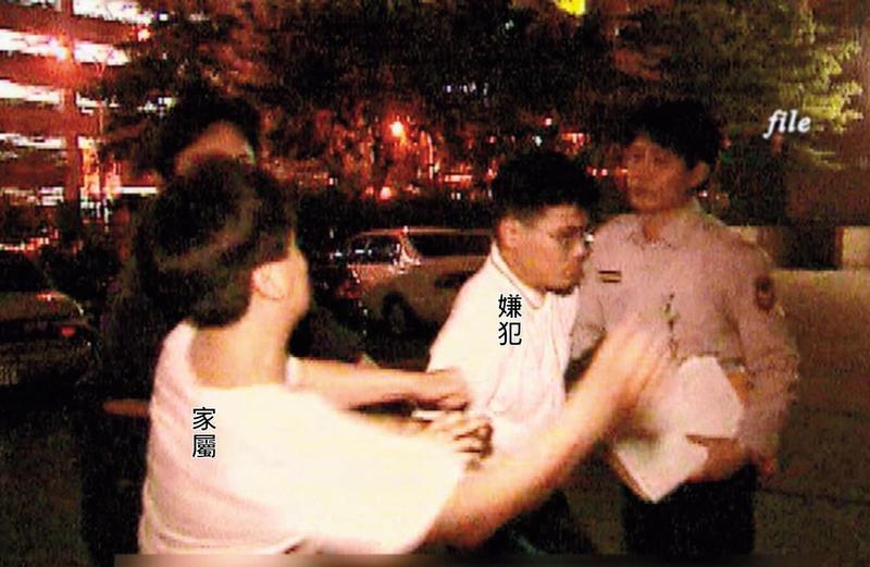 狠心殺害小姊妹的陳昆明被警方移送時,遭家屬揮拳教訓。(東森新聞提供)