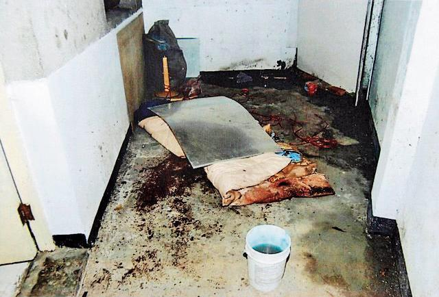 陳昆明殺害林姓少婦後,用棉被包裹屍體,再以鋁板覆蓋。(翻攝畫面)