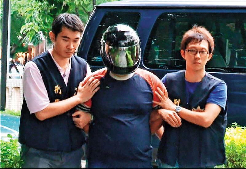 陳昆明(中)出獄隔年設局打死林姓少婦,再度被警方逮捕。(東森新聞提供)