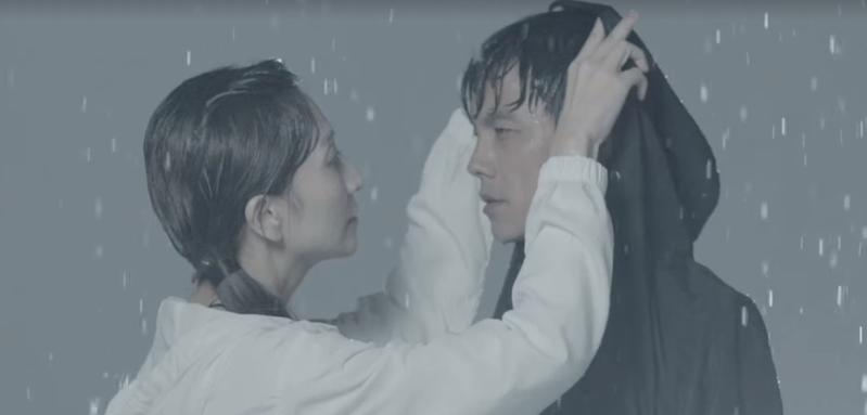 阿翔與老婆Grace合體拍風衣代言影片,內容貼合當初Grace「撐傘」原諒意境。(翻攝自浩角翔起官方粉絲頁)