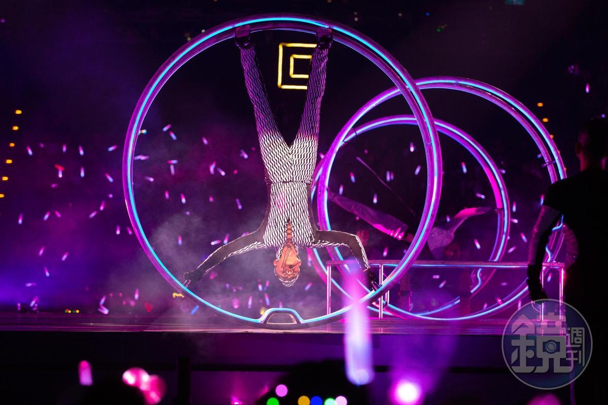 郭富城鑽進鐵環,展現高難度的360度旋轉,翻滾吧,天王!