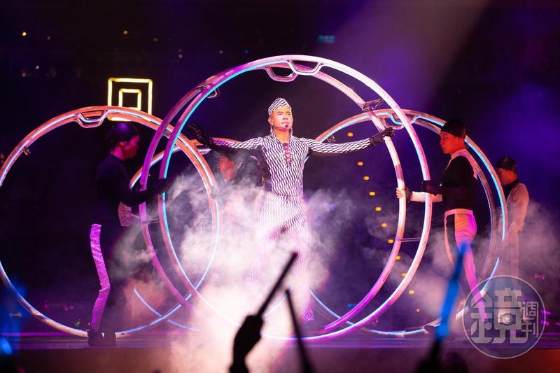 郭富城換上剪裁貼身的線條裝,展現無贅肉的結實身材,搭配演唱歌曲,與舞者一起表演滾鐵環的特技。
