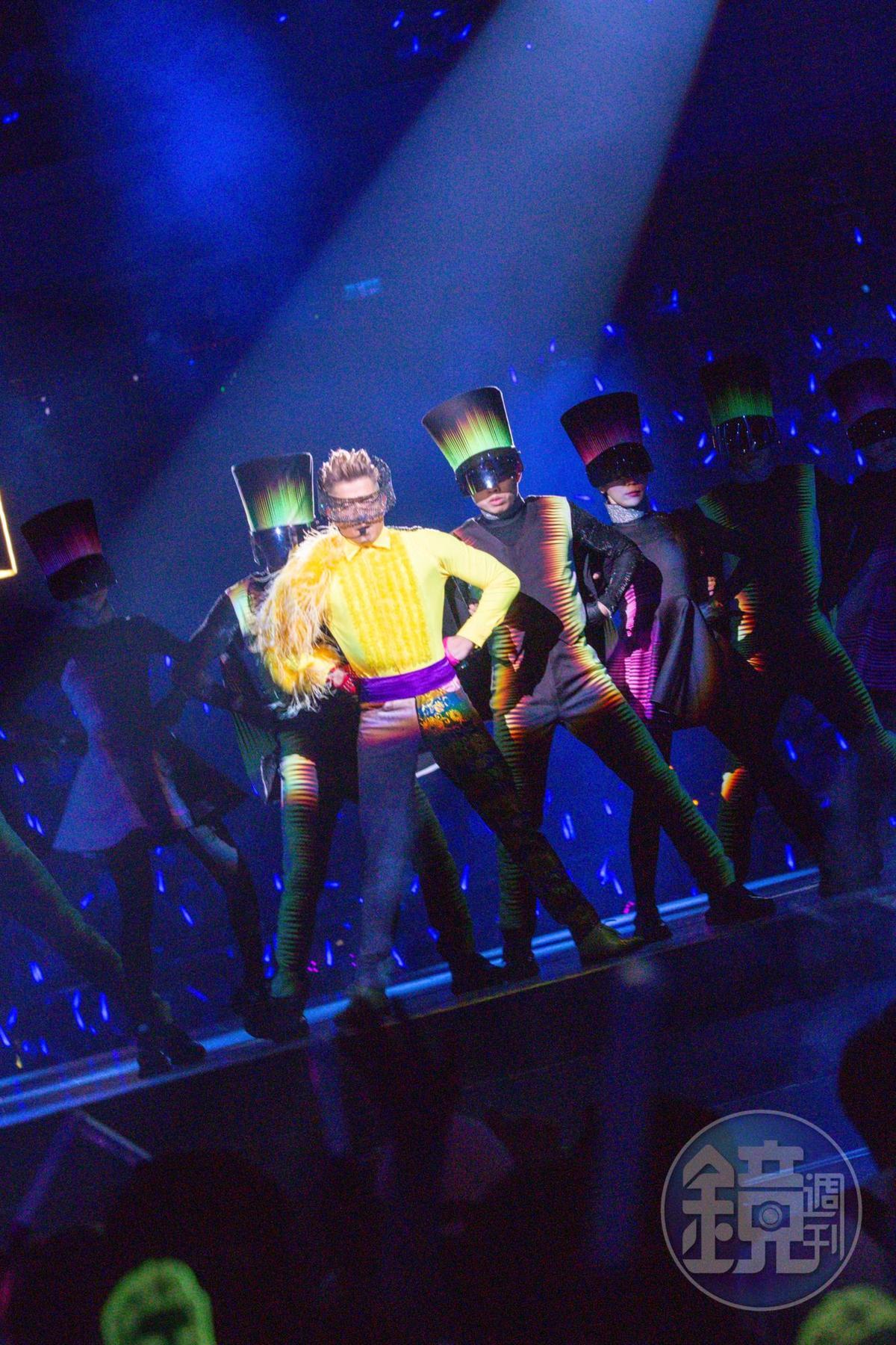 一身大膽用色的黃色羽毛裝開場,郭富城在科幻風造型舞者的促擁下,瞬間點燃全場歌迷氣氛。