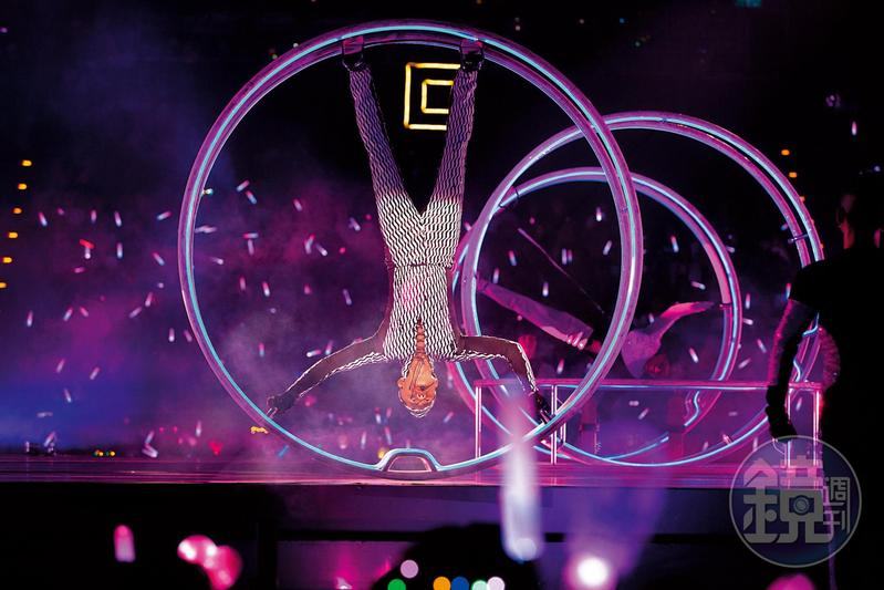 53歲的郭富城在演唱會上大玩「無敵風火輪」,在鐵環上倒立唱歌,相當拚命。