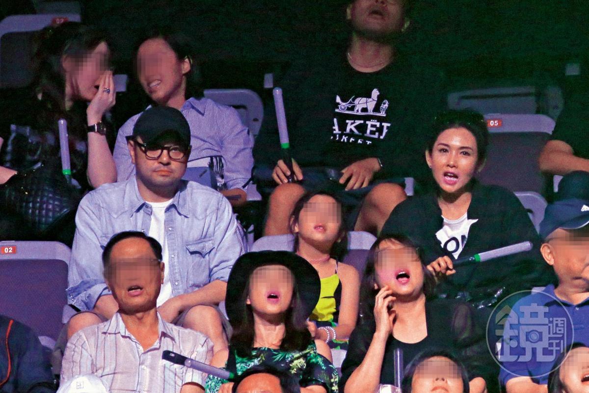 息影多年的港星邱淑貞(中排右)與富商老公沈嘉偉(中排左)帶著小女兒專程來看郭富城演出。