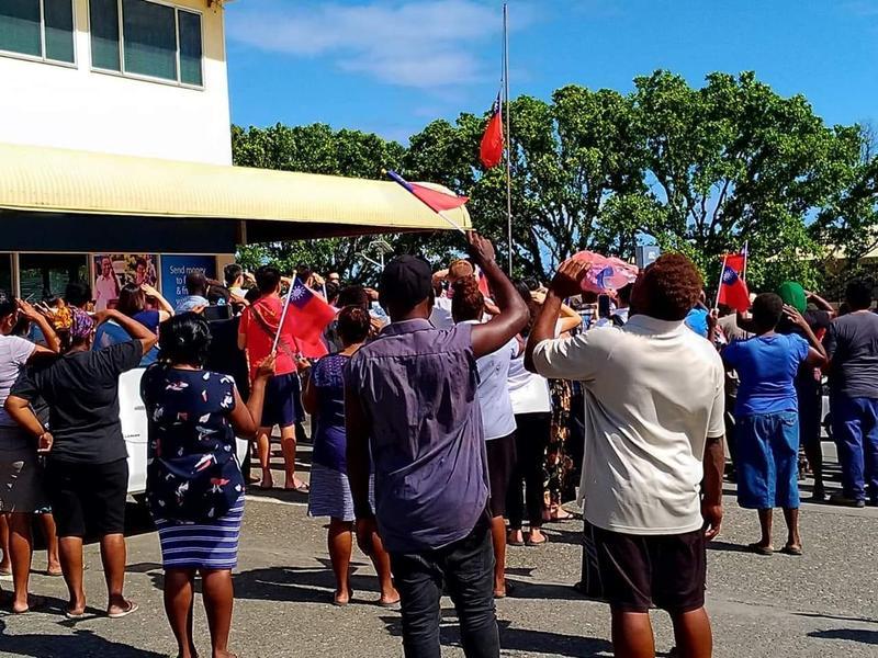 中華民國駐索國大使館於當地時間今(17日)中午降旗閉館,多位索國民眾和僑胞不捨前來觀禮。(翻攝自I am from Honiara, Solomon Islands臉書)