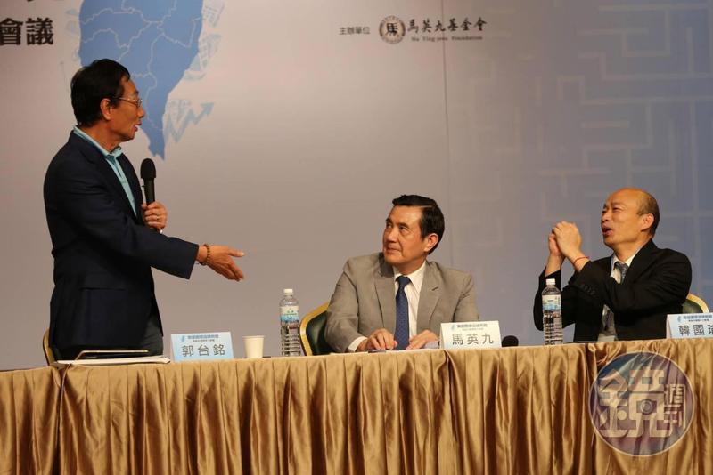 韓國瑜(右)表示接下來將儘速安排時間與郭台銘(左)會面,一同討論政見及合作方式。(本刊資料照)