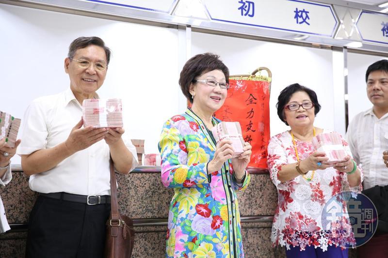 前副總統呂秀蓮(左2)搭前南投縣長彭百顯(右1),登記參與公民連署正副總統參選人,她不忘向總統蔡英文喊話,要求反省與檢討。