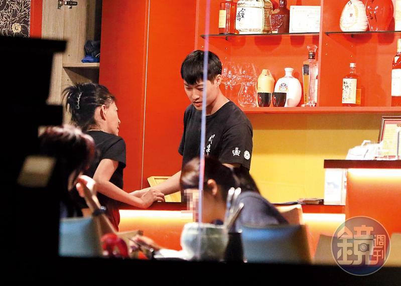 9/9 18:54孫筱渥和賴昱澂平常在店裡對兩人關係似乎很低調,不會有過多親密舉動。