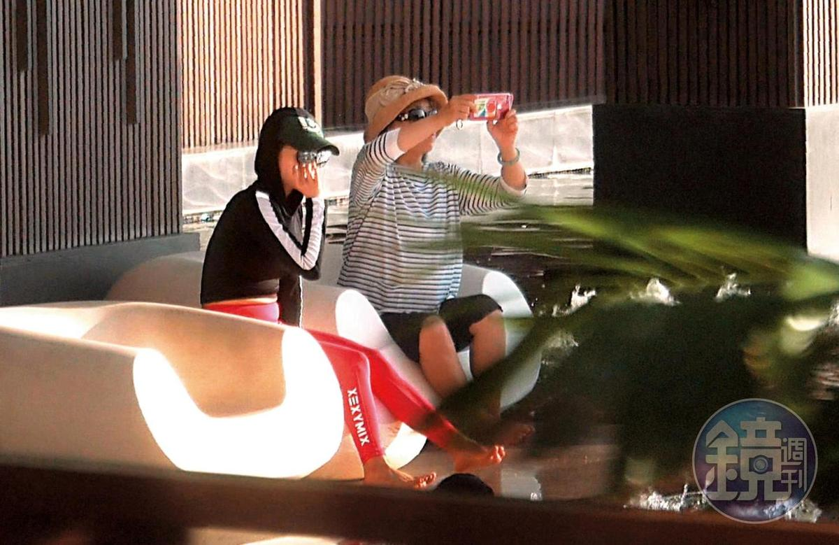 9/12 17:35 慶生之旅的第一天,蔡依林(左)穿著比較保守,幾乎以包緊緊的姿態出現在躺椅上。