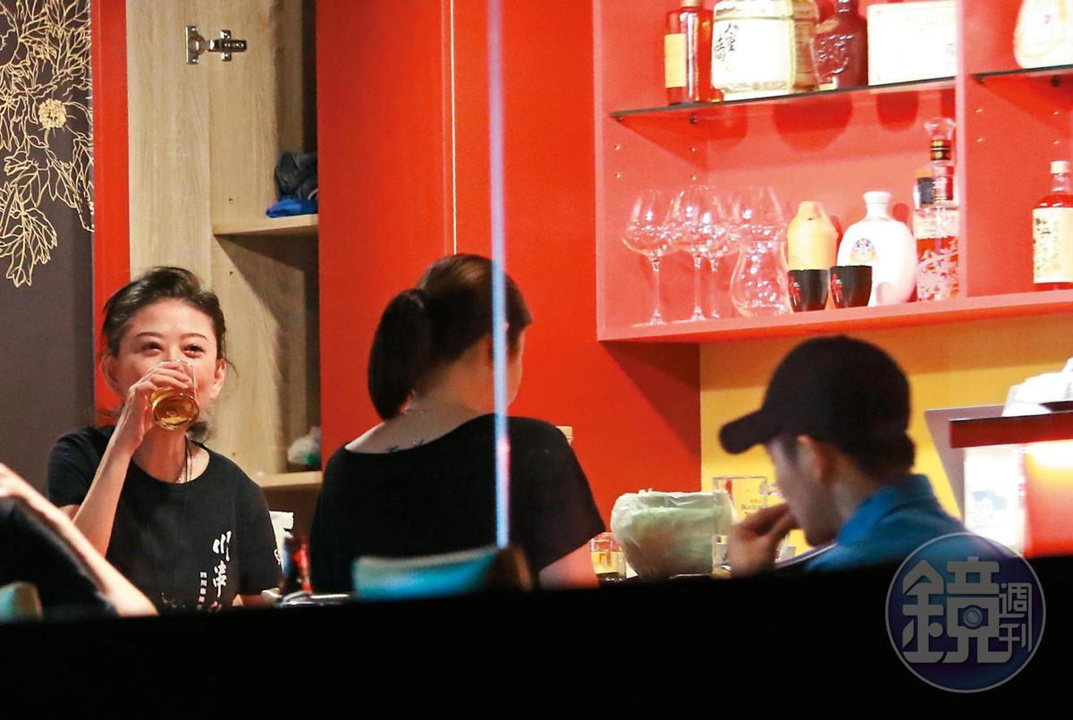 9/9 23:24 孫筱渥個性海派,平常也愛喝二杯,和店裡員工關係都相當不錯。