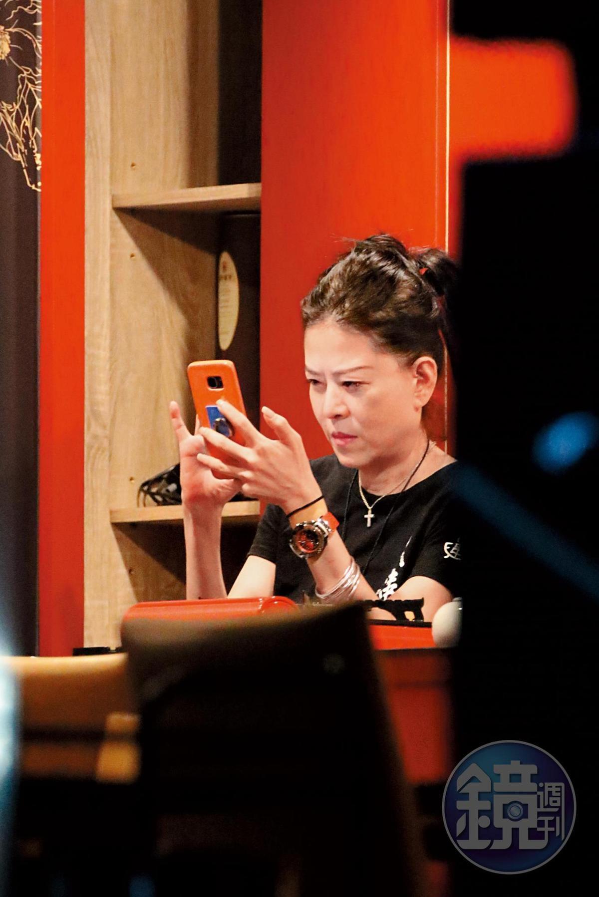 9/12 00:01 近午夜時分,餐廳內已經沒有客人,孫筱渥一人在吧台裡玩手機。