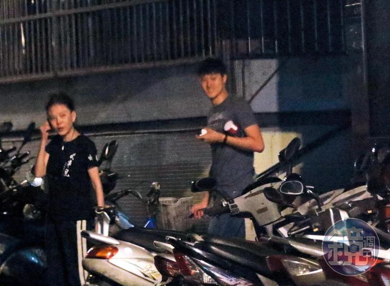 9/12 00:26 孫筱渥和賴昱澂最後關門步出店面,卻分頭騎車和搭計程車回家。