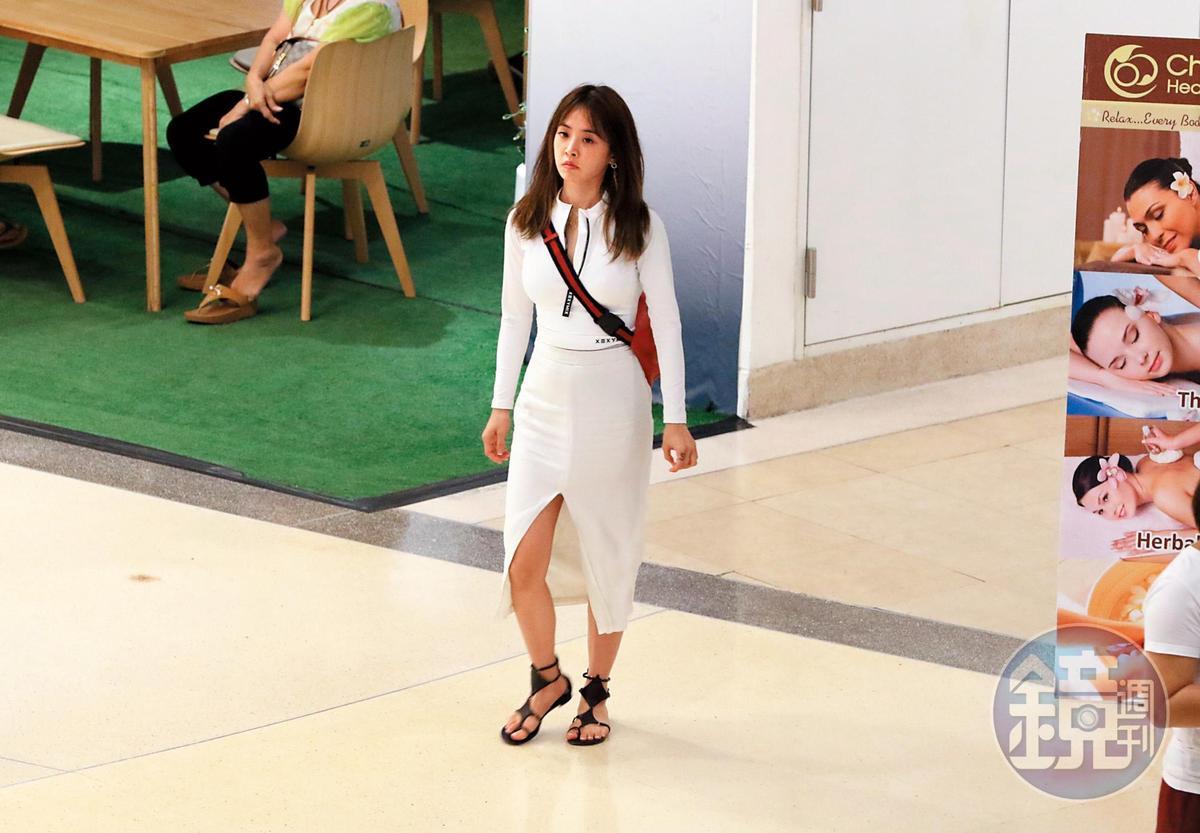 9/13 17:15 蔡依林一身白去逛賣場,裙下高衩也很惹人注意。