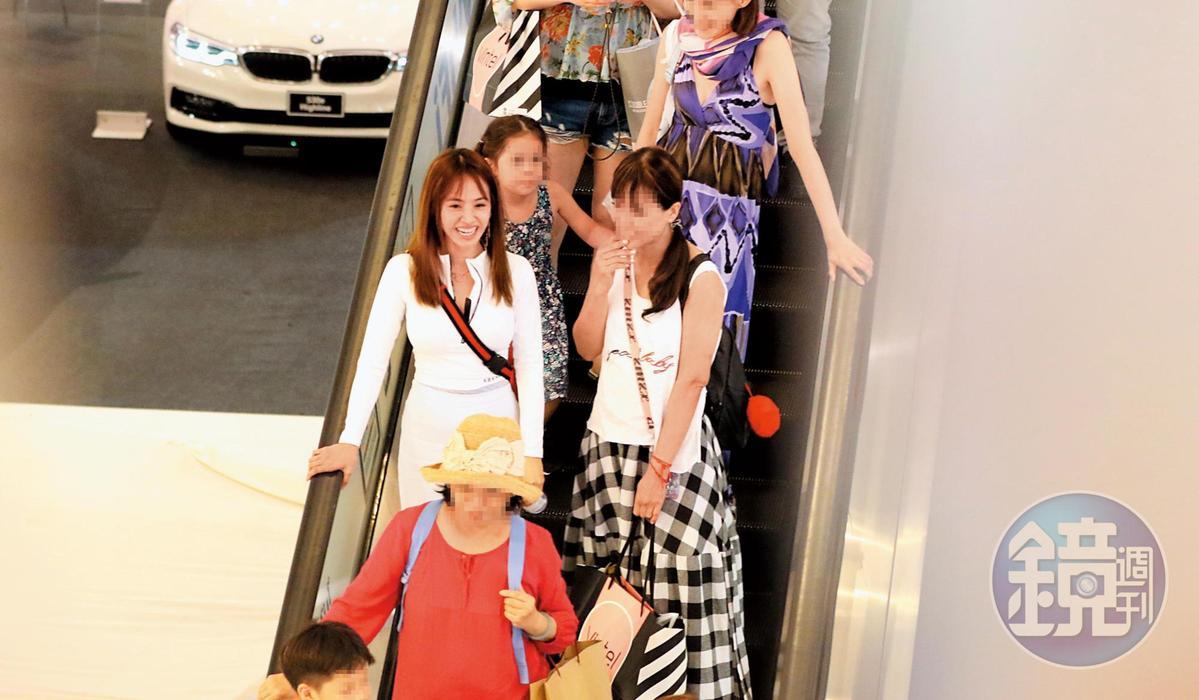 9/13 17:16 與女性友人們海外出遊,蔡依林(中排左)沒有任何偽裝,顯得非常自在。