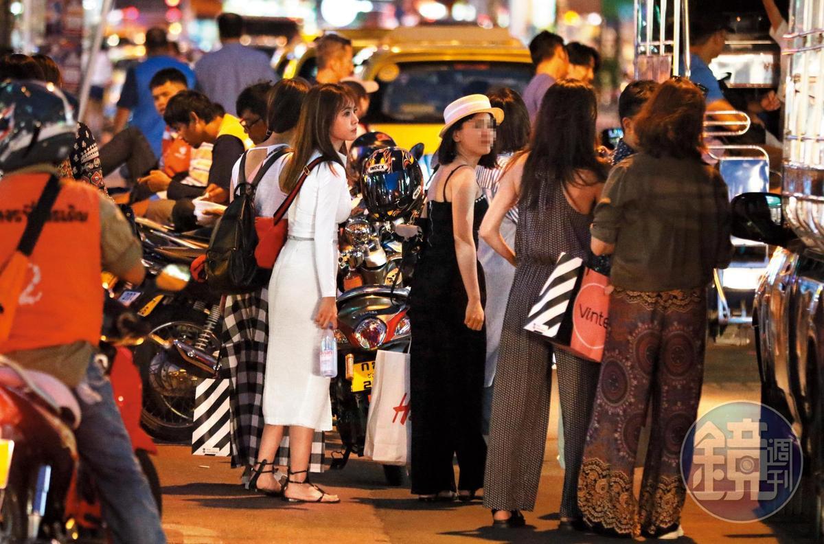 9/13 18:02 出入常坐嘟嘟車的蔡依林(右二),融入當地民情,沒啥巨星架子及公主病的fu。