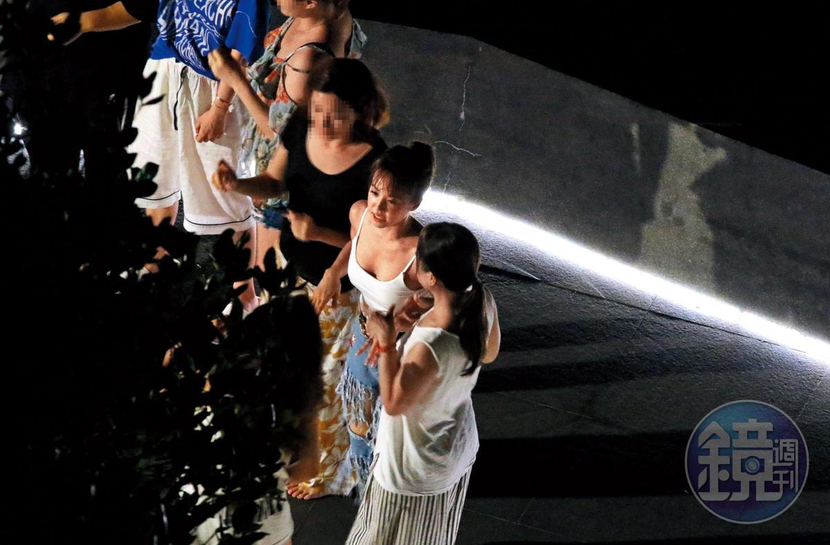 9/14 01:30 蔡依林(右二)在泳池趴唱跳,上圍十分吸睛。