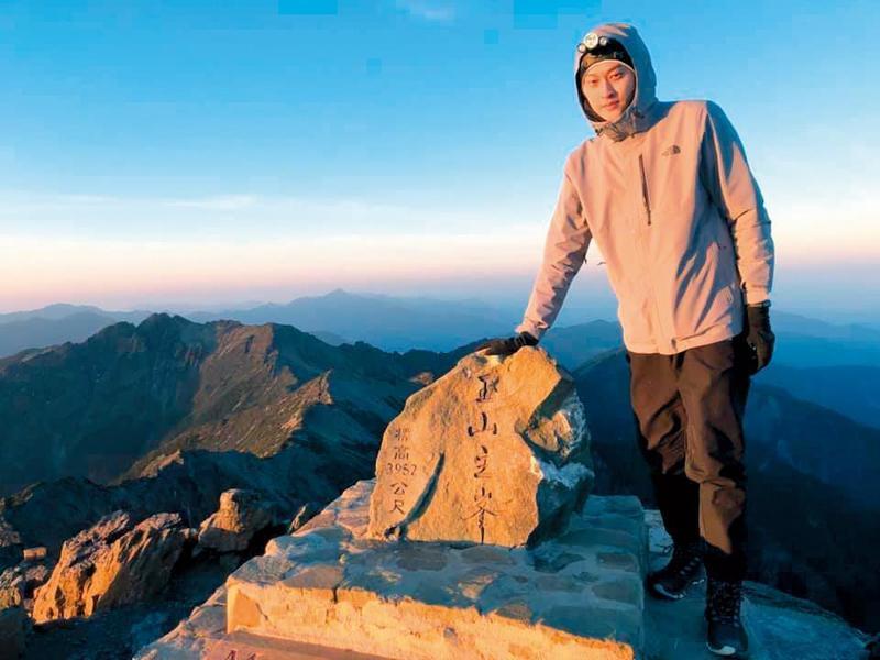 賴昱澂從小是游泳健將,對登山運動也非常有興趣,經常在臉書po出照片。(翻攝自賴昱澂臉書)