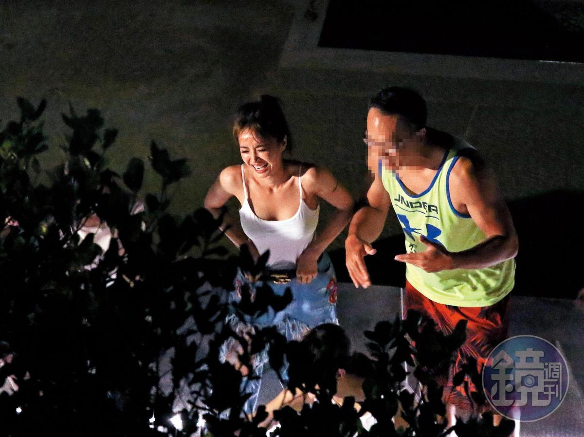 9/14 01:32 在親友的圍繞之下,蔡依林似乎有些喝茫,情緒非常高昂。