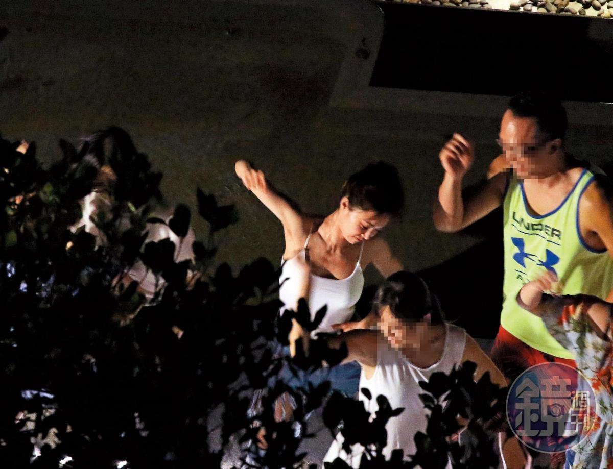 9/14 01:34 雖然不是舞台表演,蔡依林(左)依舊風情萬種,顯得相當陶醉。