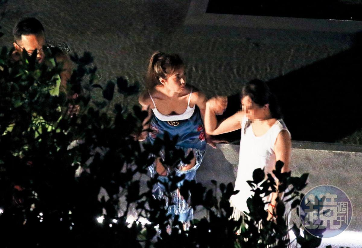 9/14 01:43 G奶溝渠非常深的蔡依林(左),除了顯示事業長紅,當晚她也玩得頗瘋。