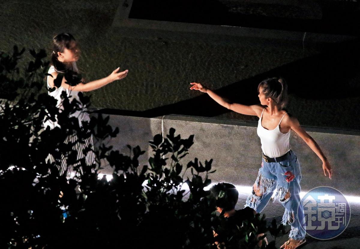 9/14 01:46 蔡依林(右)自帶音樂助興,多半以韓國與廣東歌為主。