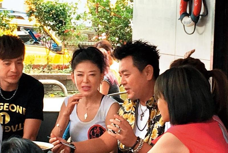 孫筱渥從事餐飲業多年,還曾受邀上過庹宗康(右)主持的外景節目。(翻攝自孫筱渥臉書)