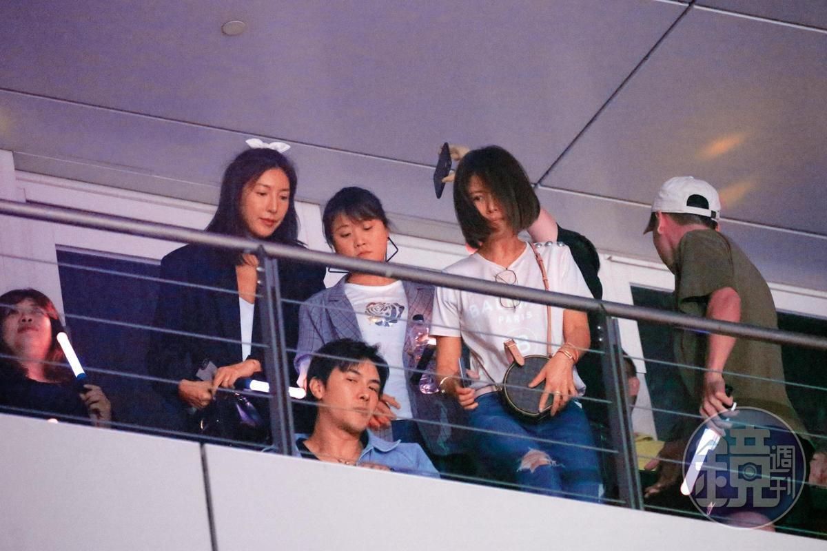 跟林心如(右)等人坐在一起,謝佳見(下)的姿態雖然看來些許不親民,但也顯得風情萬種。