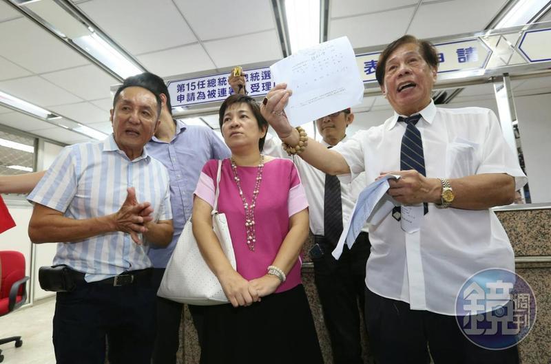 國師團更派出擁柯的前立委黃文玲(中)在中選會現場幫柯文哲領表。