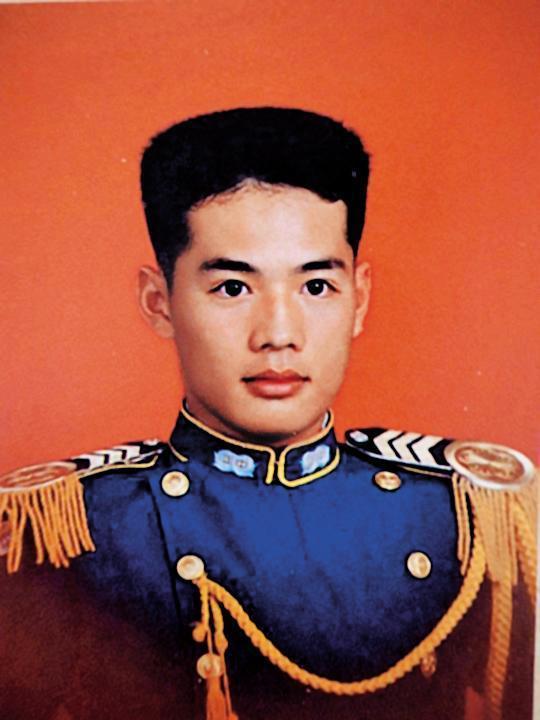 陳清文(圖)對自己臉書上的軍官學校畢業照,留言表示:汗顏。(翻攝臉書)