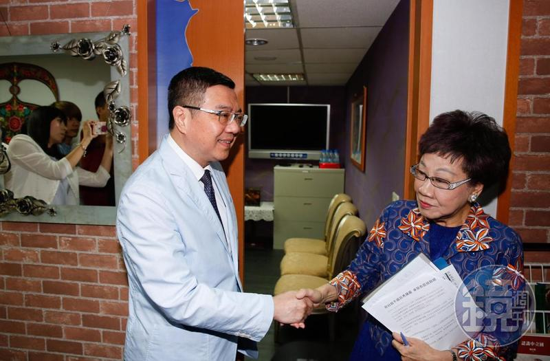 民進黨主席卓榮泰(左)拜會總統擬參選人呂秀蓮(右),會後握手致意。