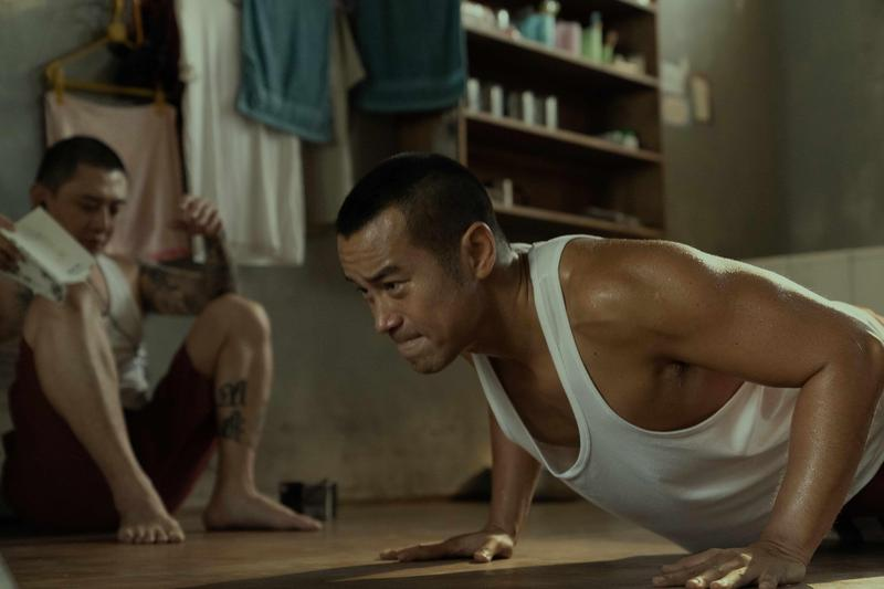 張孝全為《罪夢者》進行戒糖飲食計畫,手臂線條依然精壯結實。(Netflix提供)