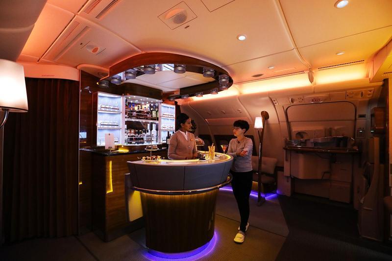 阿聯酋航空的空中酒吧充滿噱頭,尤其三五好友一起搭機,在此小酌聊天最開心。