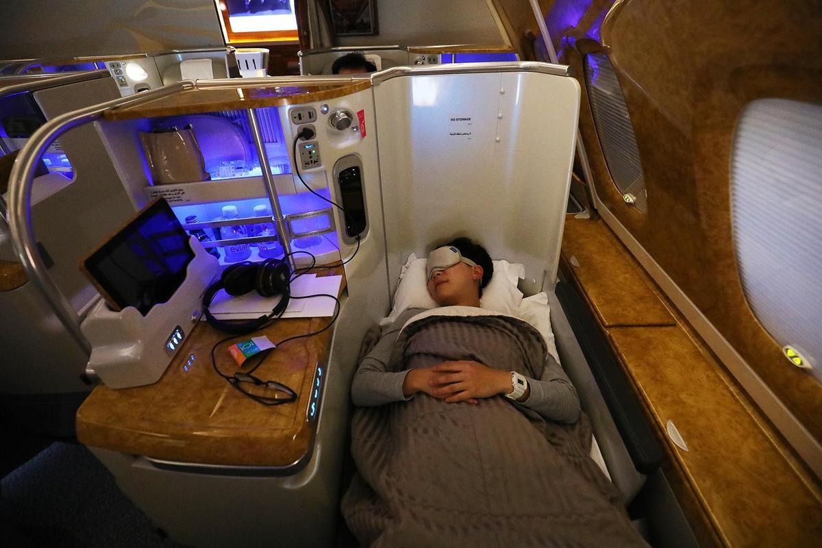 商務艙的鋪床服務讓空中也能一覺好眠,選擇靠窗位置,隱密性更好。