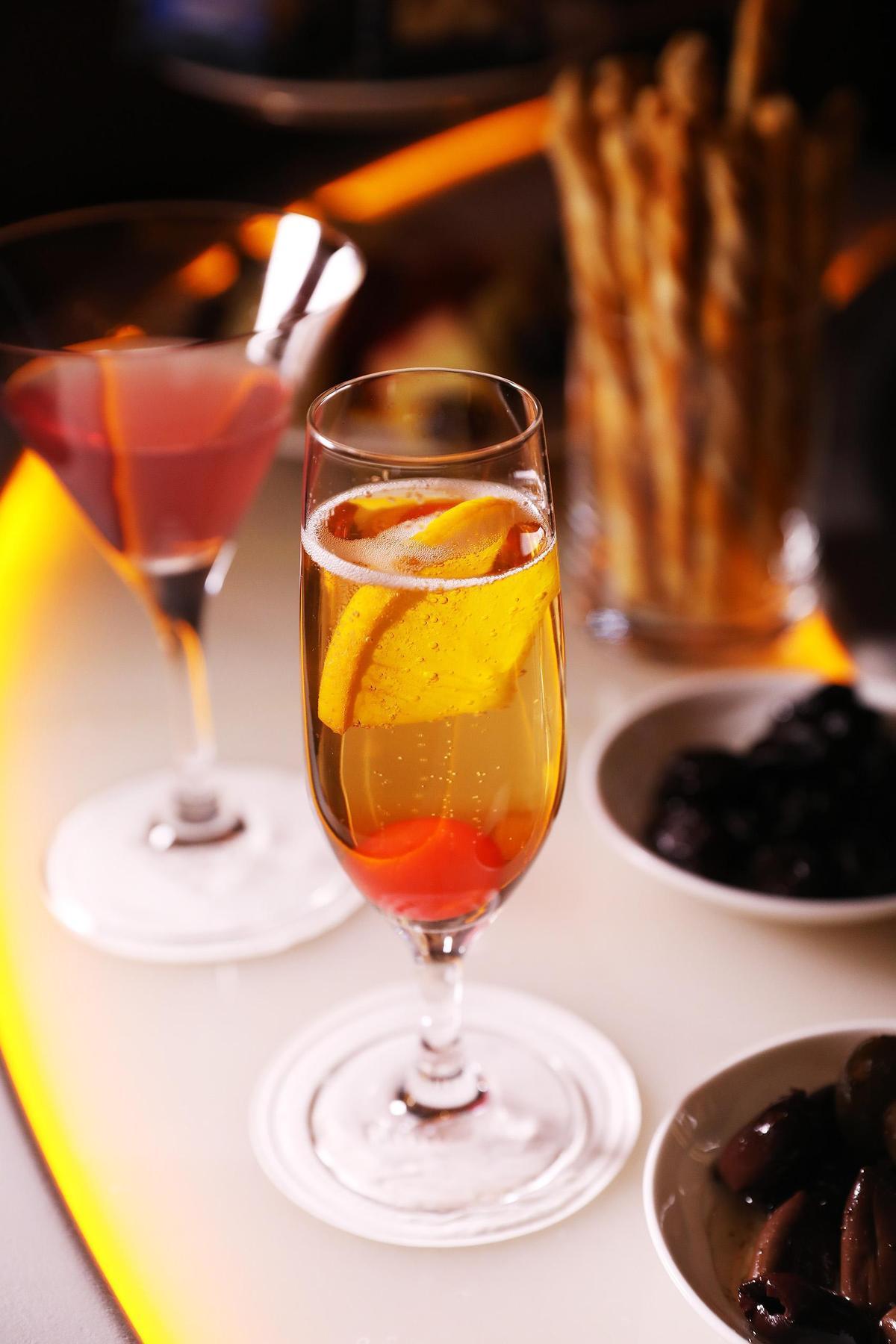 搭配香檳、苦艾酒與水果調製的「經典香檳雞尾酒」是款易喝好看的雞尾酒。