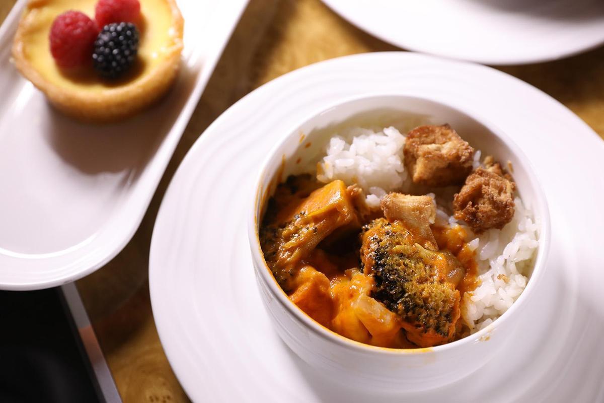 商務艙的餐點種類豐富,想要嚐鮮也能選中東口味的料理。