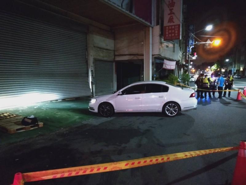 「直播天王」連千毅高雄鼓山區的倉庫,凌晨被白色轎車衝撞鐵門。(翻攝照片)