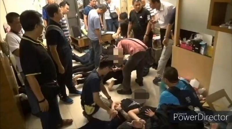 警方逮捕涉前鎮區寵物店槍擊案嫌犯,查獲刀槍等違禁品及鋁棒。(翻攝照片)