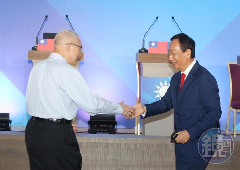 據媒體報導,國民黨主席吳敦義(左)曾試圖聯絡郭台銘但聯繫不成,只好拜託副主席郝龍斌居中協調。
