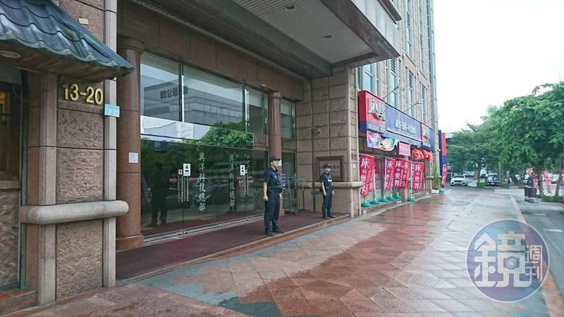 連千毅登記在內湖區的公司,員警站在大樓外預防性戒備。