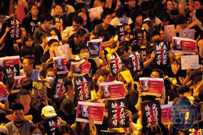 反送中運動延燒,2019年8月16日晚間,香港大專學界聯同連登「我要攬炒」團隊在中環遮打花園舉行「英美港盟,主權在民」集會,港人高舉「五大訴求缺一不可」標語。