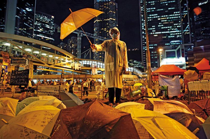 2014年9月28日,香港「雨傘運動」爆發,和平抗爭者占領中環,爭取2017年香港特首選舉落實真普選。(達志影像)